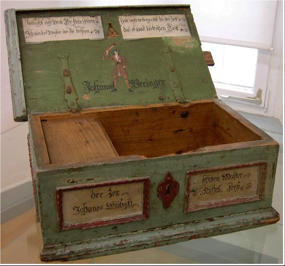 """Alte Holztruhe mit einer Abbildung des """"Maisters über die Britzen"""""""